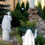 G004 - figura Matki Bożej przed kościołem